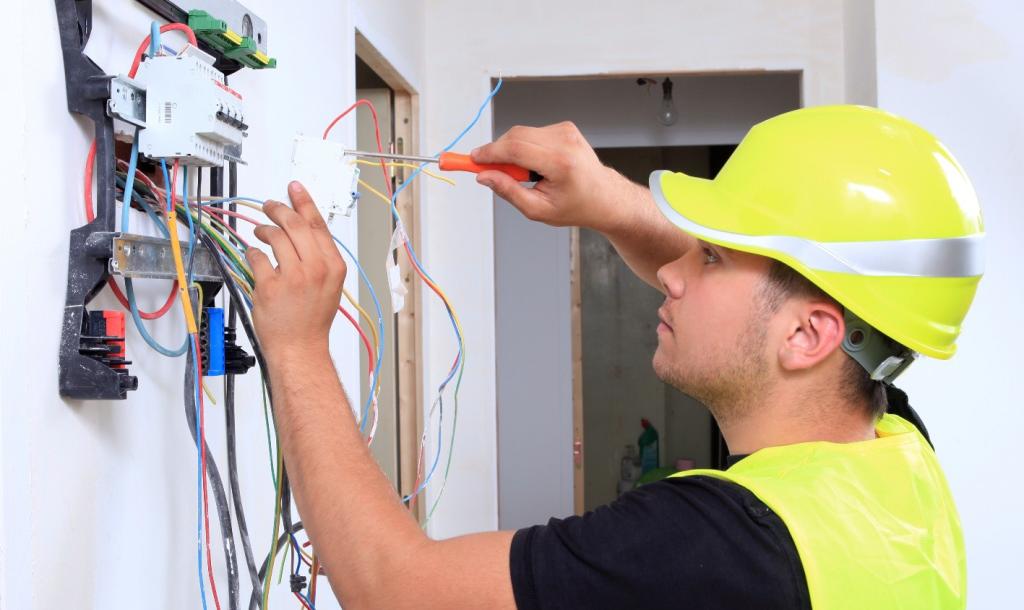 les métiers du btp qui recrutent le plus électricien